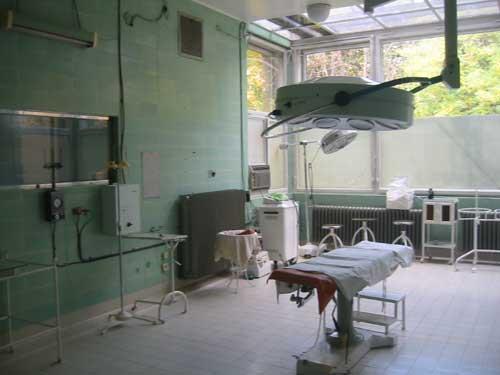 De operatiekamer van het ziekenhuis met zeer beperkte en oude voorzieningen
