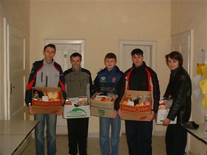 Vrijwilligers in Beregovo met voedselpakketten, bestemd voor arme gezinnen.